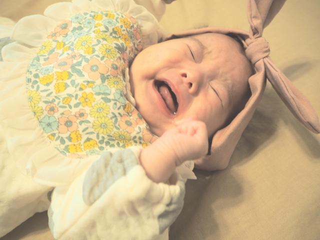 赤ちゃんがベビーヘアバンドを嫌がるイメージ