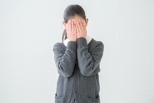 親が否定ばかりしてきてストレスで困っている学生のイメージ