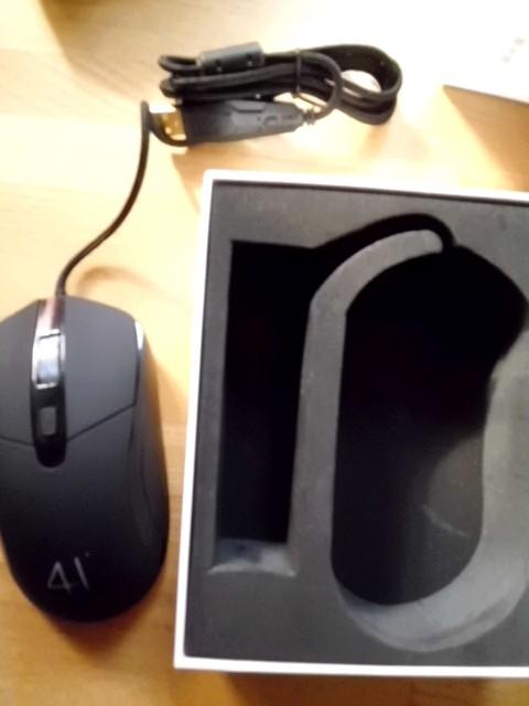 マウスを箱から取り出した状態。底がやや汚れているのが気になった
