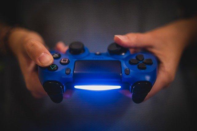 PS4のコントローラーを使っている場面